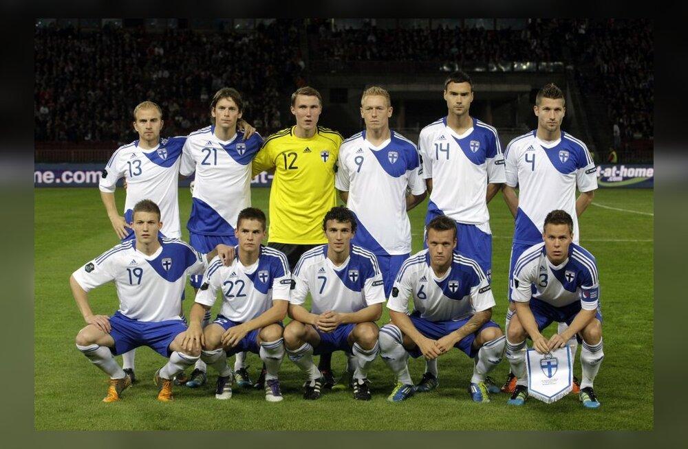 Soome jalgpallikoondis poseerimas enne EM-valikmängu