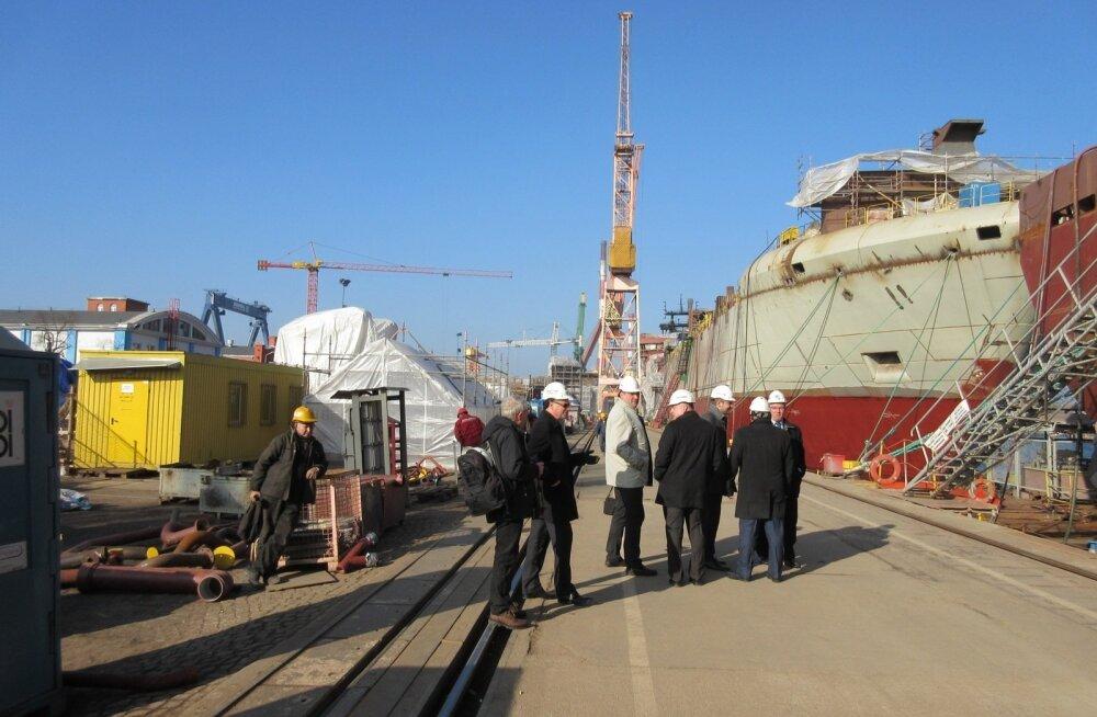 Allan Kiil (keskel heledas) on sel fotol veel vaba mees. Tänavu veebruaris külastasid Tallinna Sadama esindajad Remontowa laevatehast.