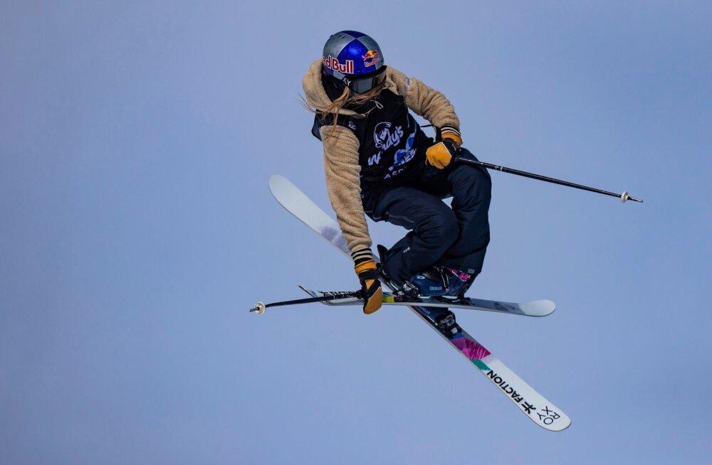 Kelly Sildaru kõrgel õhulennul. Sel nädalal ootab teda ees karjääri esimene Big Airi MK-etapp.