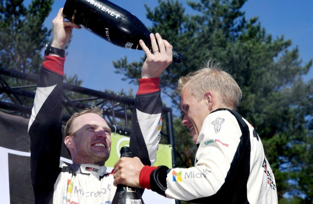 Šampanjadušš, millega Jari-Matti Latvala Ott Tänakut kostitab, on palava ilmaga mõnus.