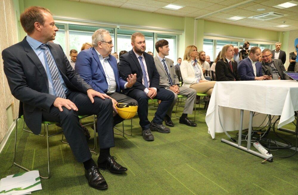 Vasakult: Eesti Energia juht Hando Sutter, nõukogu juht Väino Kaldoja, keskkonnaminister Rene Kokk ja rahandusminister Martin Helme
