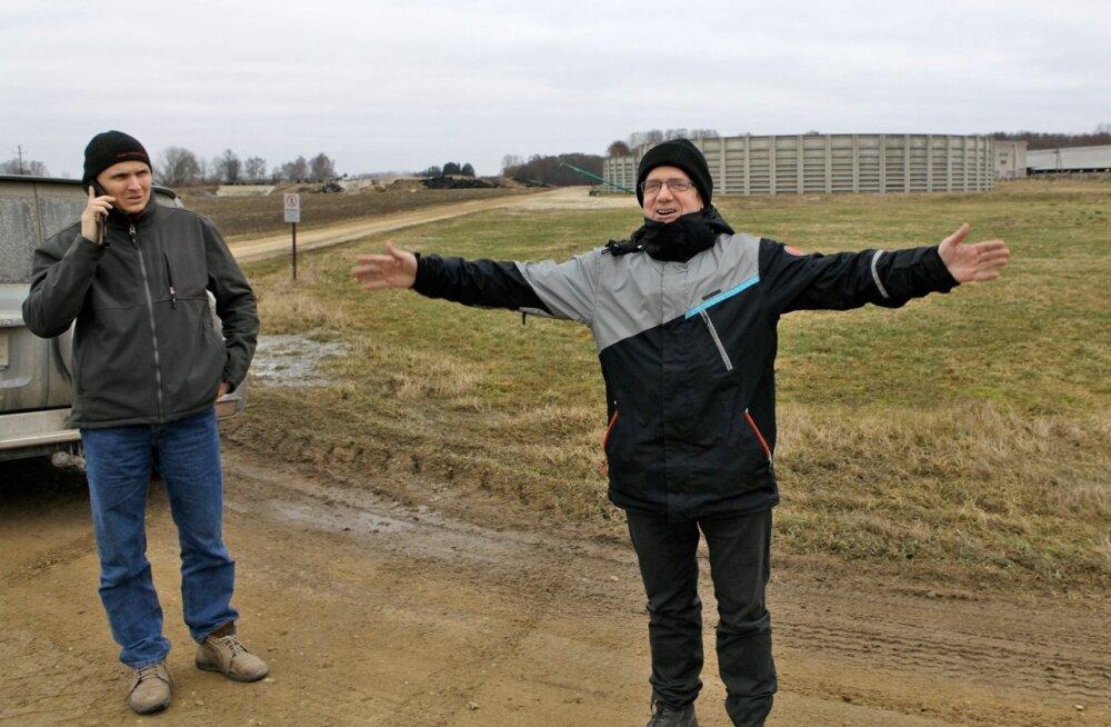 OÜ Biometaan juhatuse liige Ahto Oja ja OÜ Kõo Agro juht Meelis Venno (vasakul) eelmise aasta kevadel kohas, kuhu kohe-kohe pidi kopp maasse löödama, et hakata rajama ambitsioonikat biometaanitehast. Siiski jäi ettevõtmine aastaks seisma.