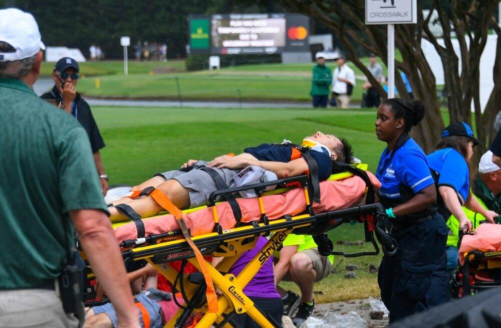 Välgutabamuse järel viga saanud inimest toimetatakse haiglasse.