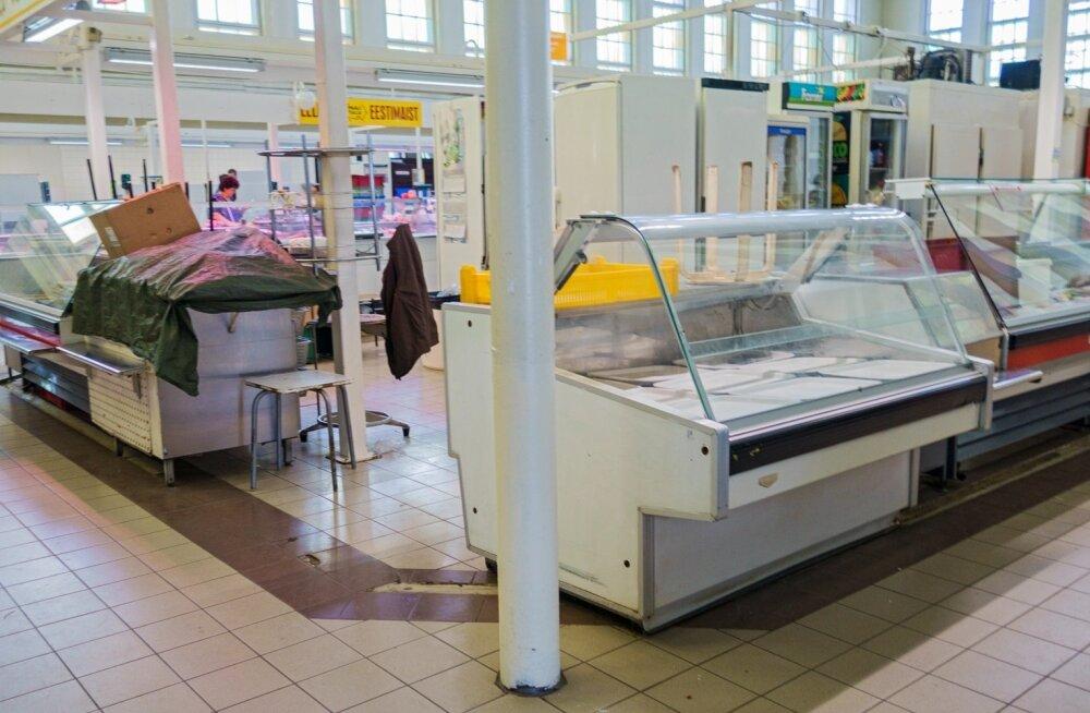 Tartu turuhoones on kolmveerand tundi enne sulgemist paljud müüjad kadunud ja letid suletud.