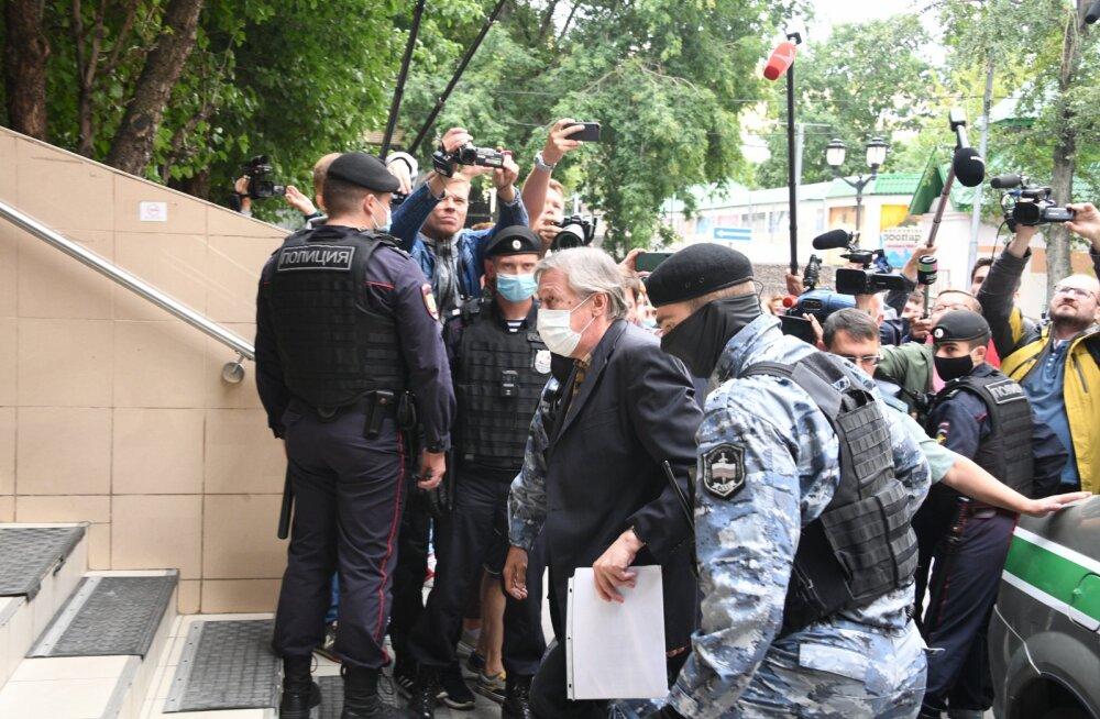 Михаила Ефремова ведут в зал суда