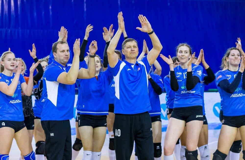 Andrei Ojamets (keskel) rõõmustab pärast Balti liiga võitu Tartu Ülikool/Eedeni naistega.