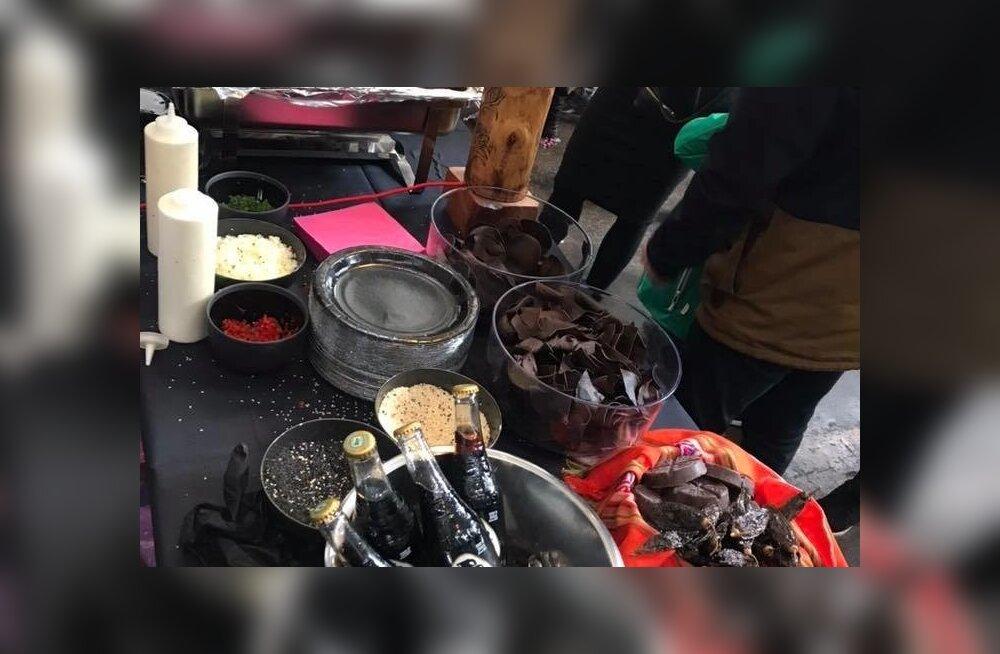 Mustad joogid, krõpsud ja muu toit – kõik oli festivalil musta värvi.