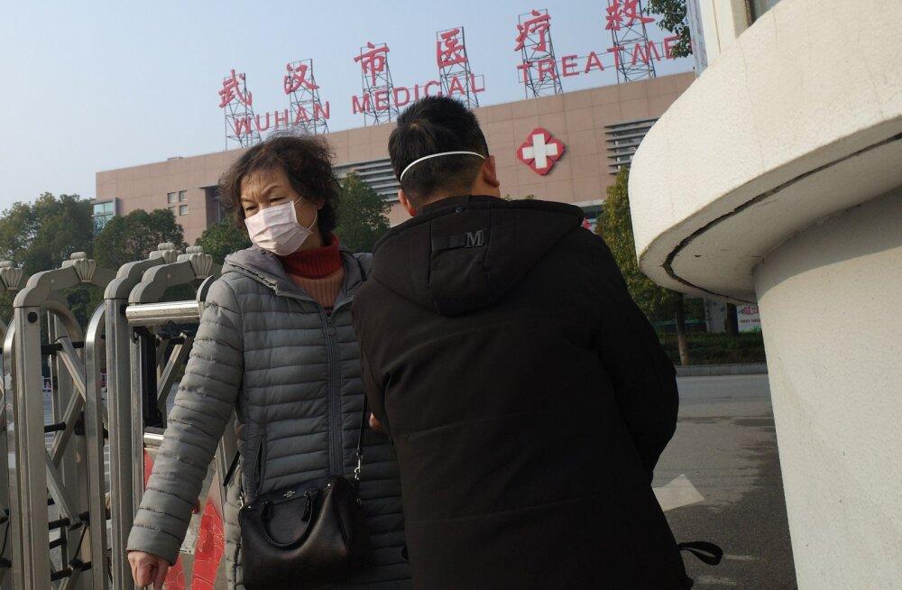 Naine lahkub Wuhani haiglast, kus suri esimene inimene uue viiruse tagajärjel.