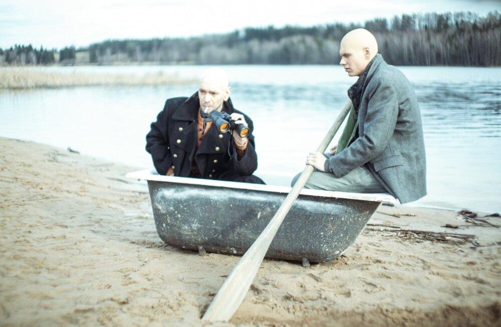 """Ugala lavastuse """"Vereliin"""" peategelased Thomas (Rait Õnapuu) ja tema isa (Meelis Rämmeld)."""