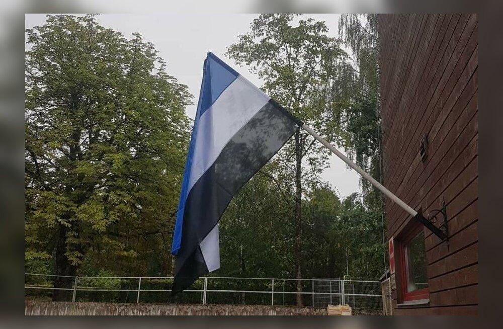 ФОТО: Сине-бело-черный: у вильяндиского магазина Maxima свое видение эстонского флага