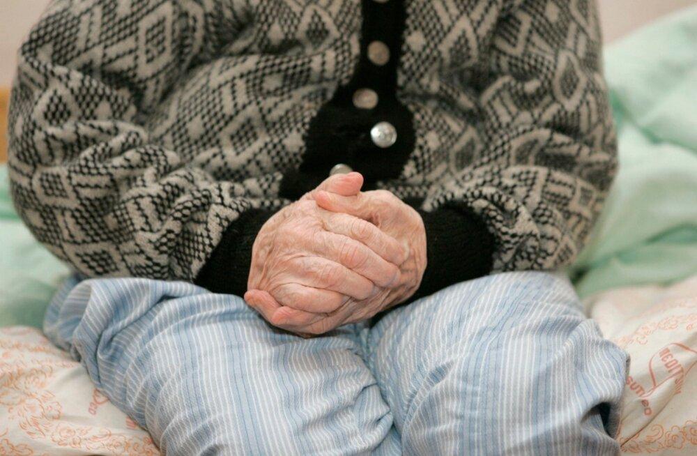 КОЛОНКА РЕДАКЦИИ | Старение населения: ежедневные тяготы по уходу для одних, прибыльный бизнес для других. Государство наблюдает со стороны