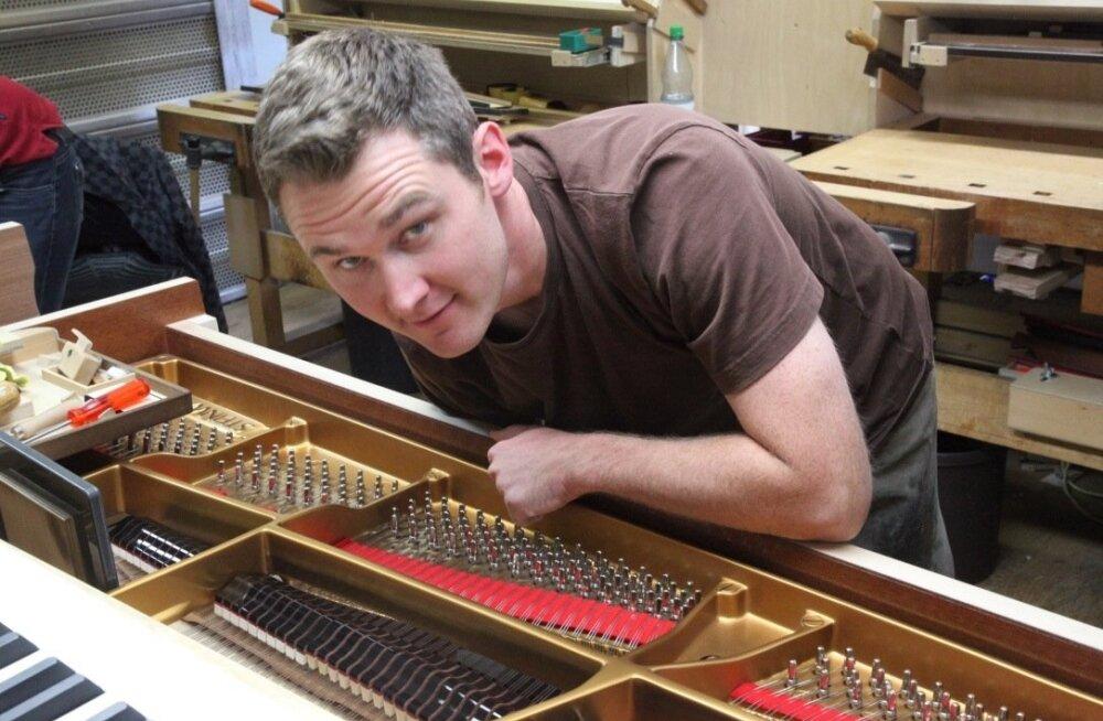 KLAVERIPOJA KOJUTULEK: Steinway tippinstrument valmib endiselt käsitööna ja robotist pianisti abiga