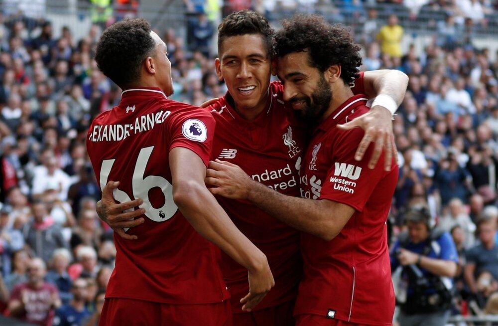 Liverpooli mehed Roberto Firmino (keskel), Trent Alexander-Arnold ja Mohamed Salah