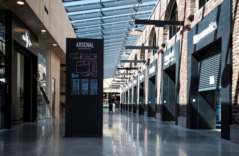 Eile kell 14 päeval valitses Arsenali keskuses täielik tühjus, väikeste kaupluste müüjad vaatasid kadedusega, kuidas samal ajal Selveris kliente teenindatakse.
