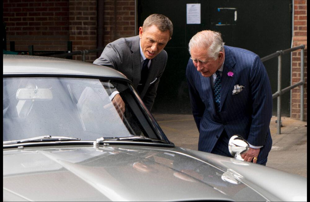 Suurim fänn või salajane roll? Prints Charles külastas James Bondi võtteplatsi