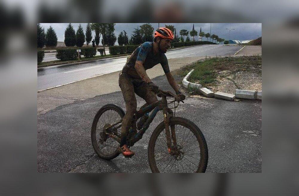 Läbi okastraadi võssa kukkunud Eesti rattur suutis Türgis võita: see oli ebareaalne mudamöll