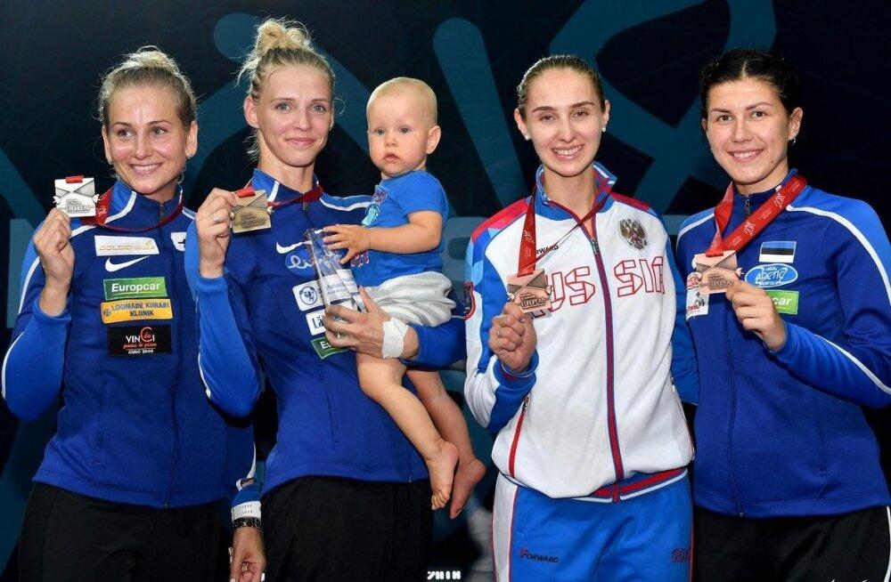 Katrina Lehis pisipojaga ning teised medalinaised Kristina Kuusk, Violetta Kolobova ja Julia Beljajeva.