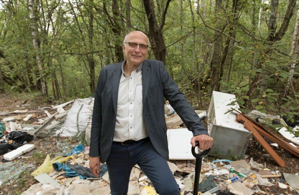 RMK peametsaülem Andres Sepp näitab Jõelähtme vallas Võerdla külas asuvat isetekkelist prügihunnikut, mille võiks 21. septembril ära koristada. Viimati veeti sealt sodi minema poolteist kuud tagasi.