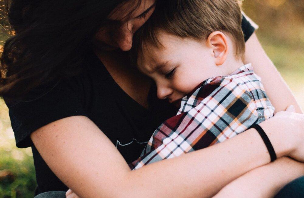 Ettevaatust, lapsevanemad: 7 pealtnäha süütut käitumisviisi, millega võid lapsele liiga teha