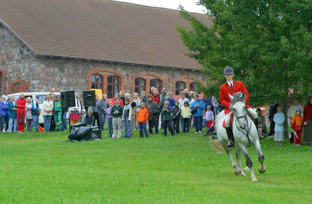 Kunagine Pärna talu ratsatreener Marko Villemson Apollonil ratsutamiskunsti näitamas.
