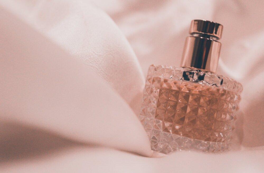 Ekspert paljastab: kui tahad terve päev oma imelise parfüümi järele lõhnata, siis võta kasutusele mõned ebatavalised nipid