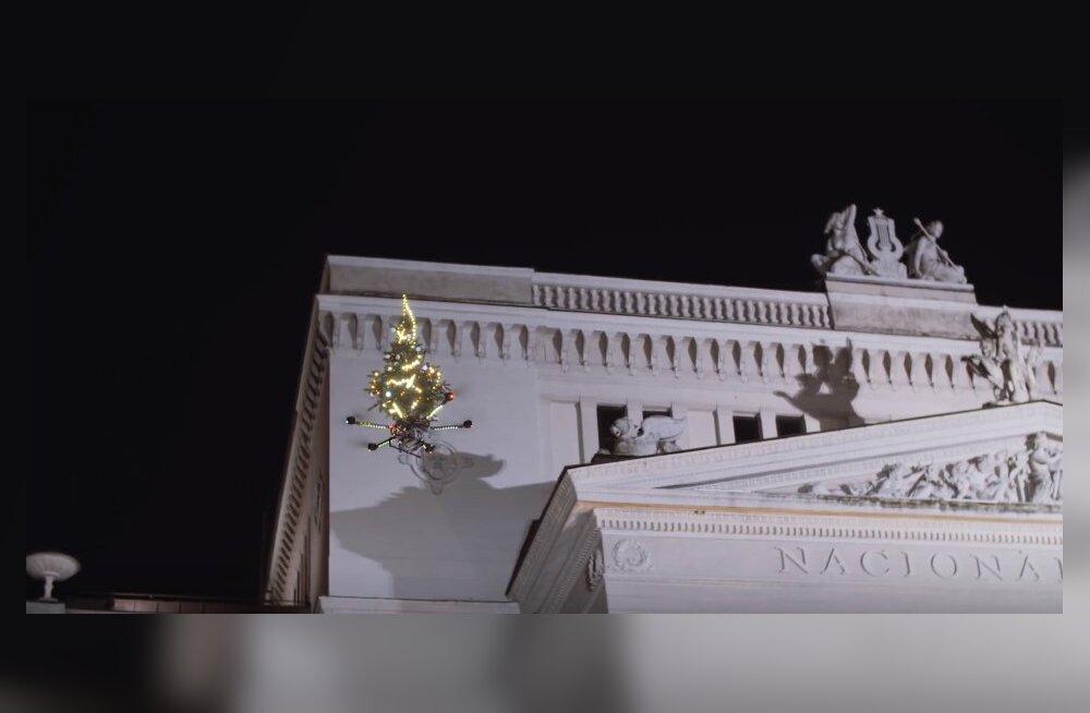 VIDEO | Omapärane lahendus! Riia kesklinnas lendas ringi jõulukuusk