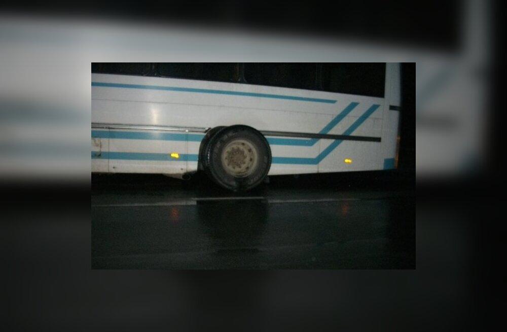 Purjus bussijuht tagurdas kraavi