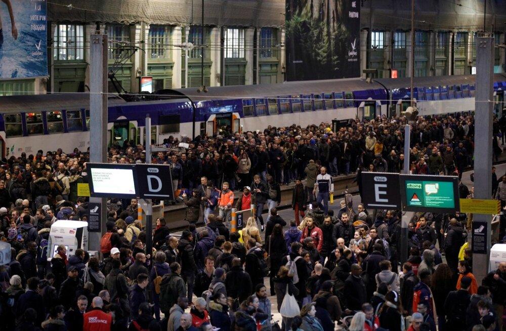 FOTOD | Prantsusmaal algas kolmekuuliseks kavandatud streigiaktsioon Macroni reformide vastu