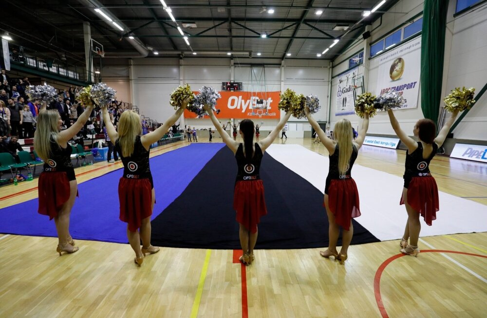 24d3ecc5105 DELFI FOTOD: Audentese spordisaali põrandale laotati hiiglaslik kootud Eesti  lipp