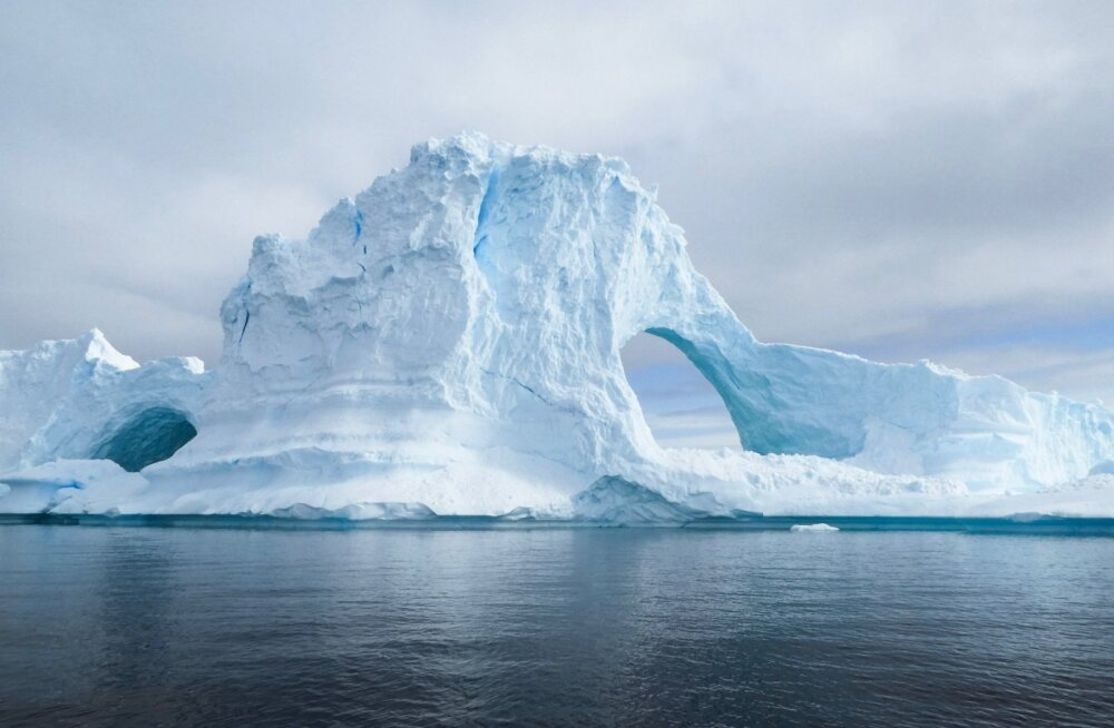 Самый большой айсберг в мире раскололся на части