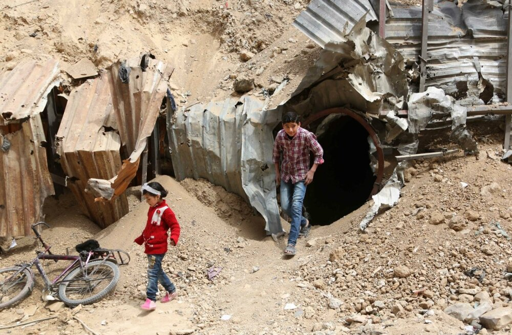 Üleeile askeldasid lapsed Süürias Doumas tunnelisuu ees. Sealtkaudu pääseb käikudesse, mida mässulised kasutasid linnas liikumiseks.