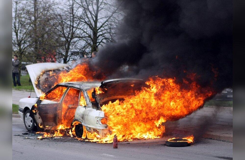 FOTOD ja VIDEO: Vilniuse kesklinnas põles lahtise leegiga Audi