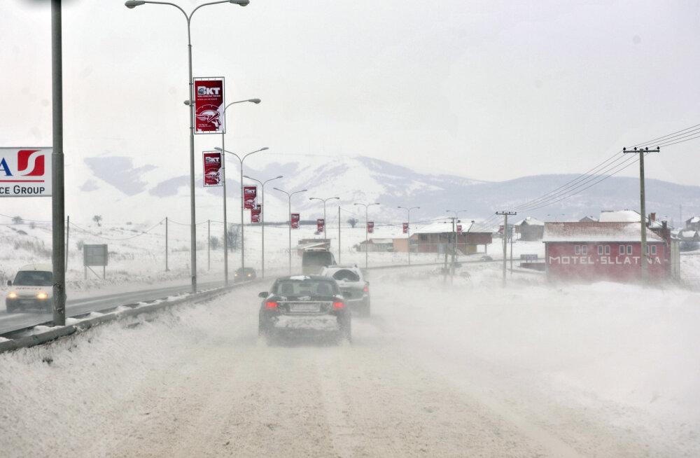 Käsipallikoondis istub Kosovos keset maanteed lumevangis