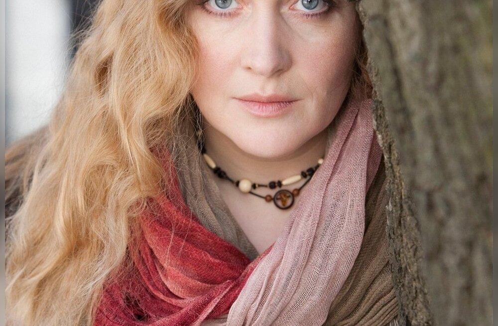 Julia Aug räägib uhkusega hääles Narva sümfooniaorkestrist ja seal tegutsevast vabatrupist Kuninglik Kaelkirjak.