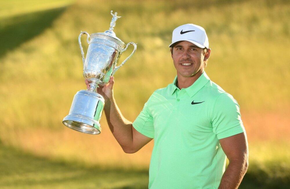 Brooks Koepka US Openi võidukarikaga.