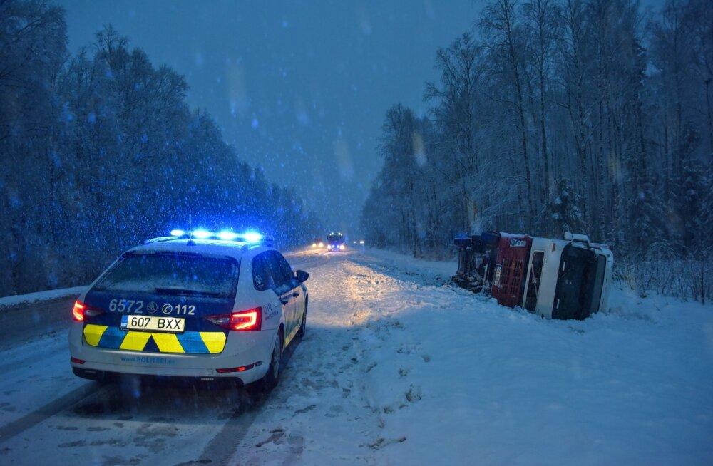 Viljandimaal põrkasid kokku veoauto ja sõiduauto