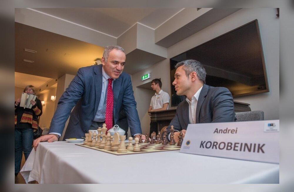Garry Kasparov mängis heategevuslikku simultaanmalet