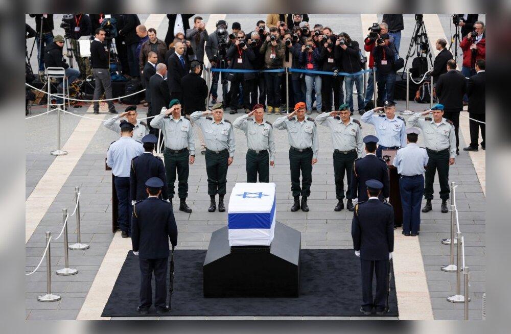 FOTOD: Iisraeli ekspeaminister Sharon sängitati mulda