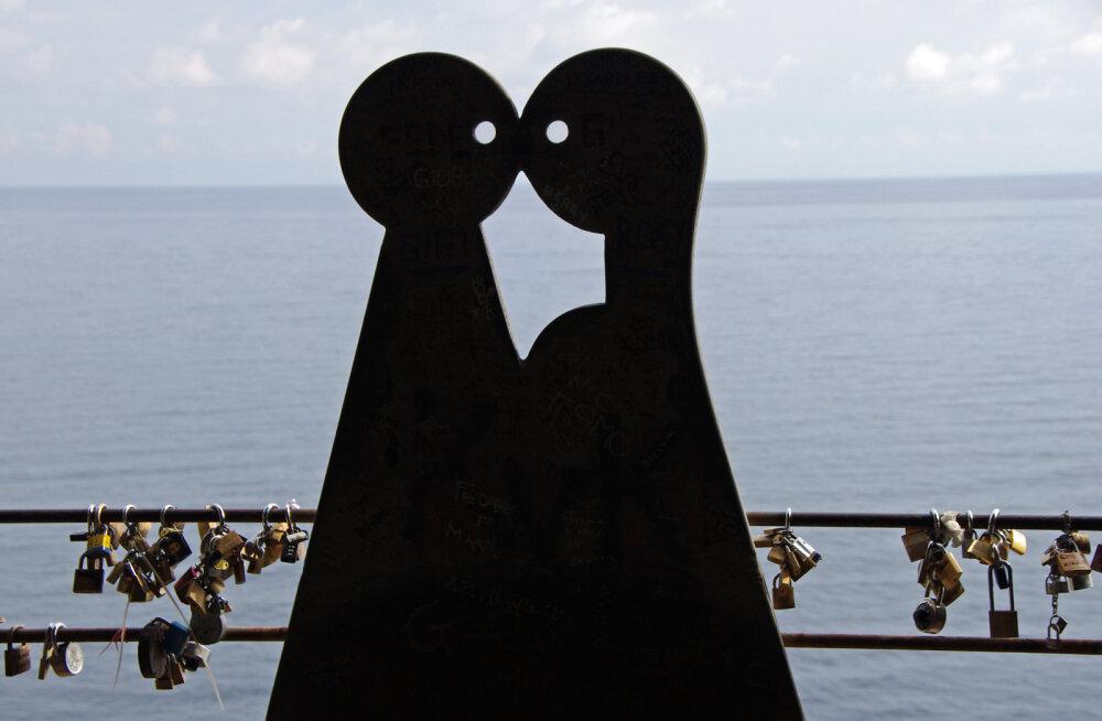 """ФОТО: """"Ромео и Джульетта"""", похороненные рука в руке на античном кладбище в Италии, оказались мужчинами"""