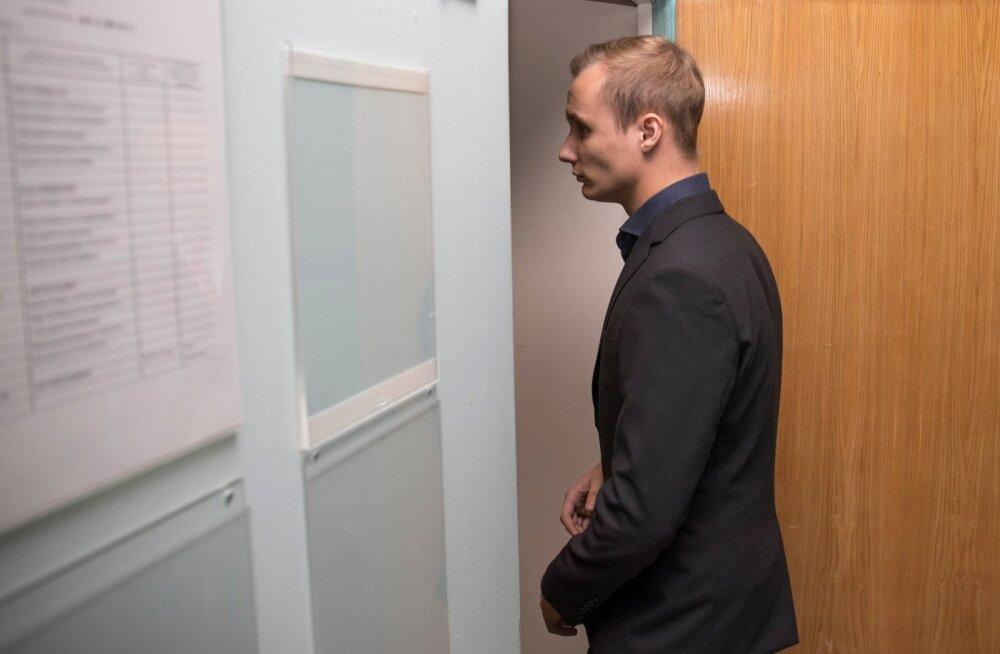 Oliver Kobing kohtuotsust saamas