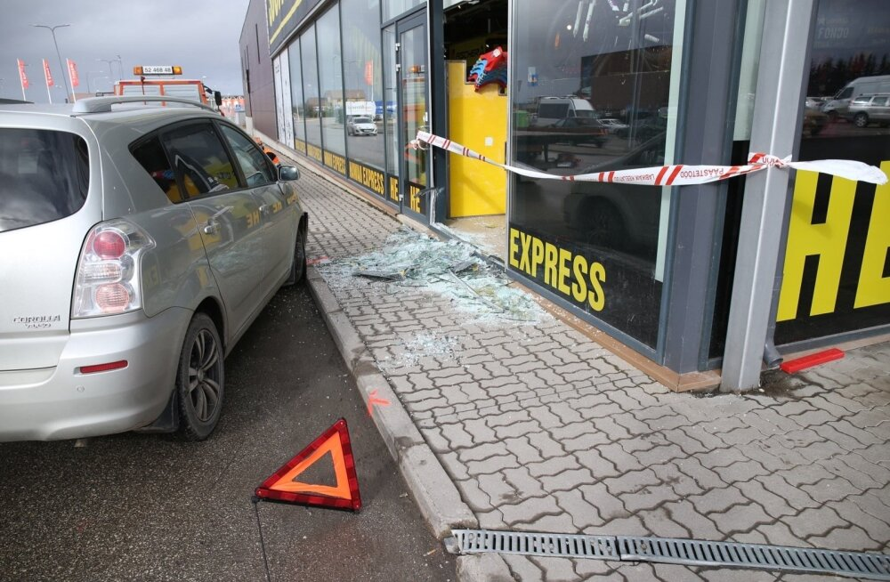 ФОТО: В Тарту автомобиль врезался в витрину магазина торгового центра Lõunakeskus