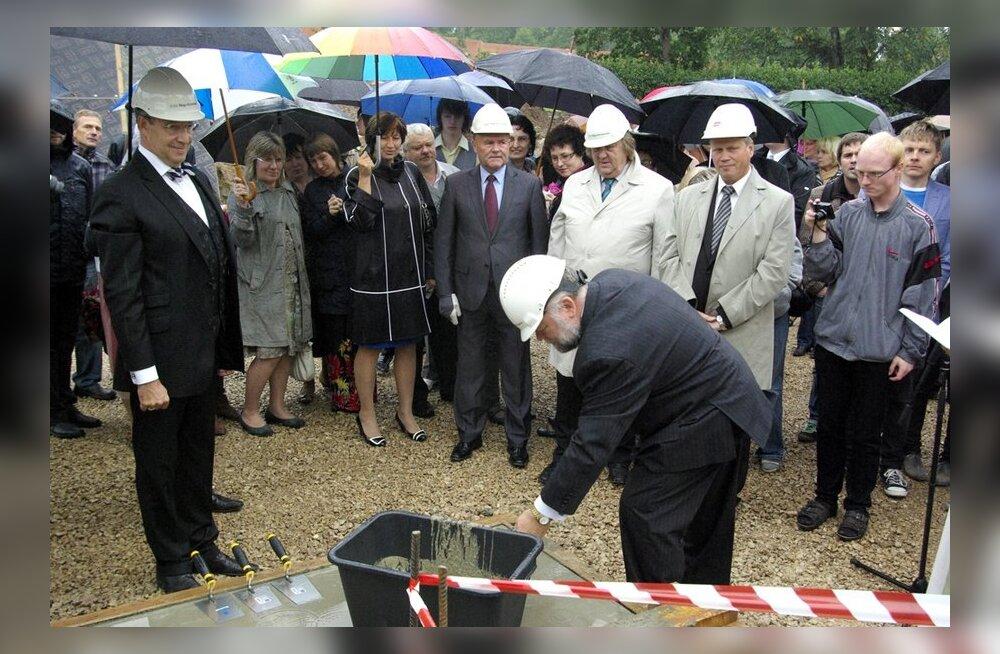 FOTOD: Tööd alustas riigile kuuluv Viljandi Gümnaasium, uuele hoonele pandi alles nurgakivi.