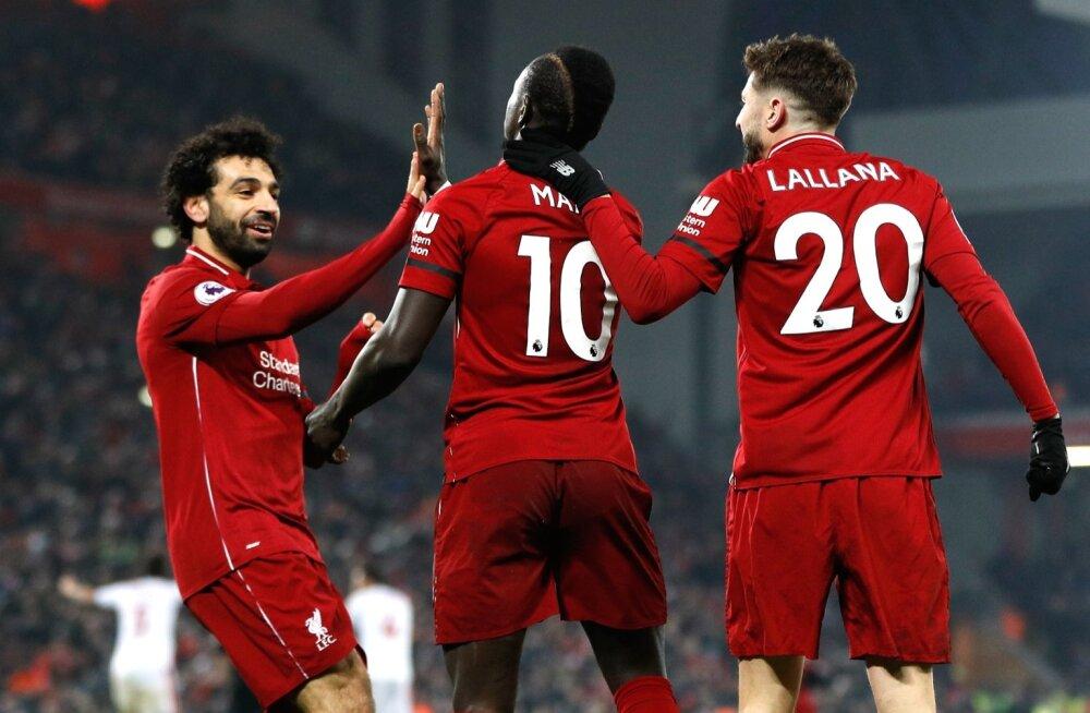 FC Liverpooli mängijad väravat tähistamas.