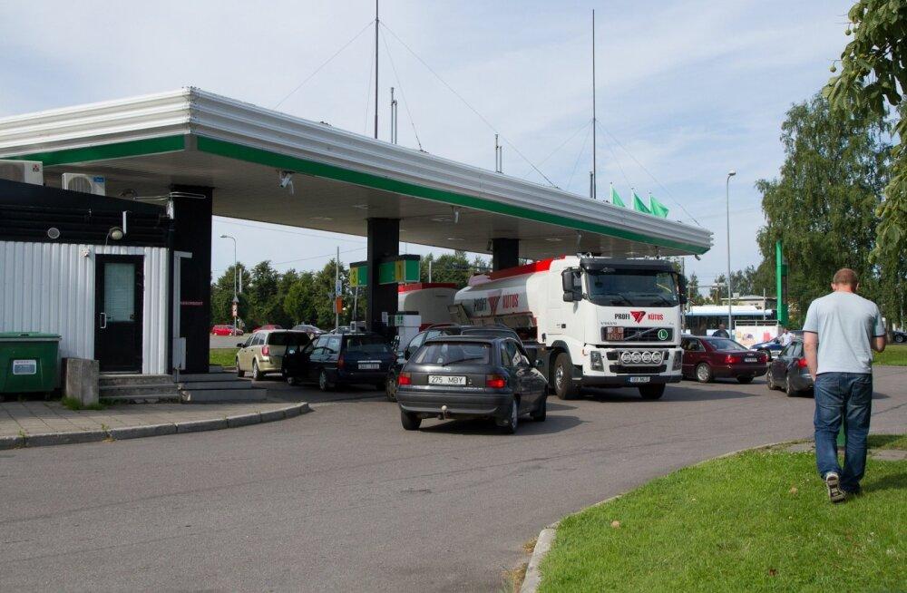 Tavalisest odavam kütus tekitab tanklatesse järjekorra.