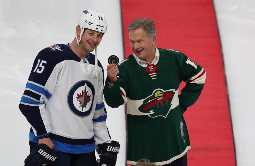 Sauli Niinistö (paremal) ja Winnipeg Jetsi ründaja Matt Hendricks.