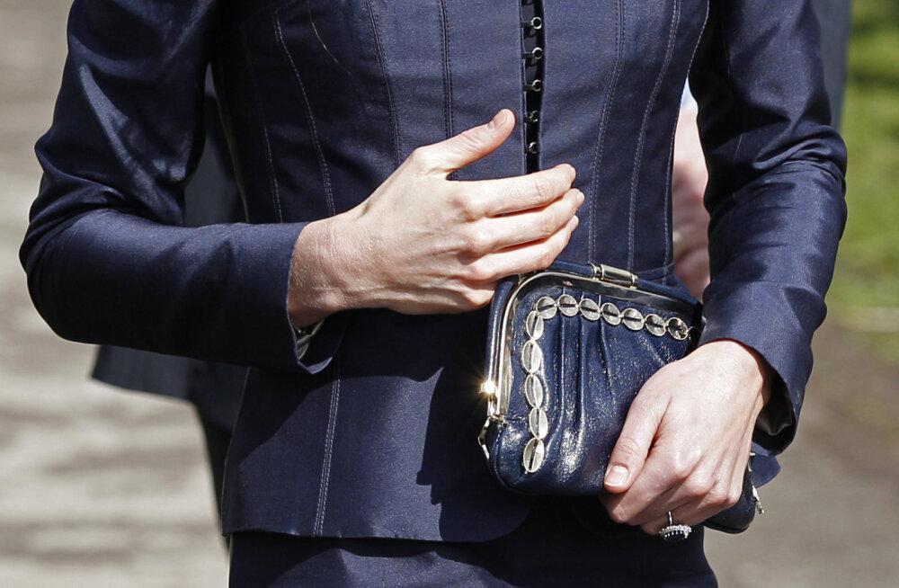 Не просто привычка: почему Кейт Миддлтон обычно носит сумочку в левой руке