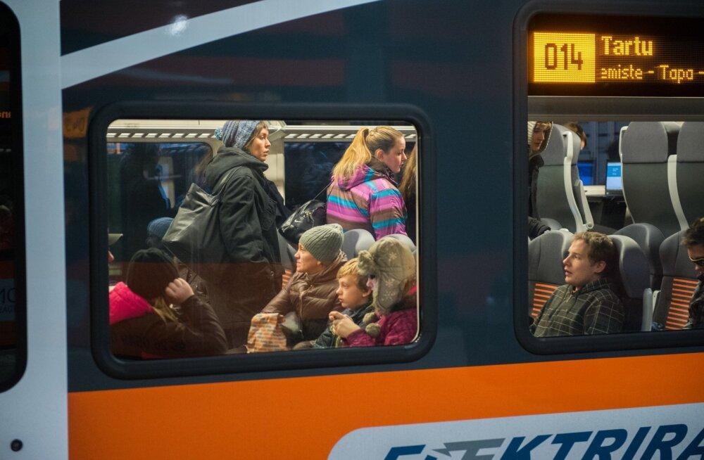 Uued Elroni rongid on rahvast täis