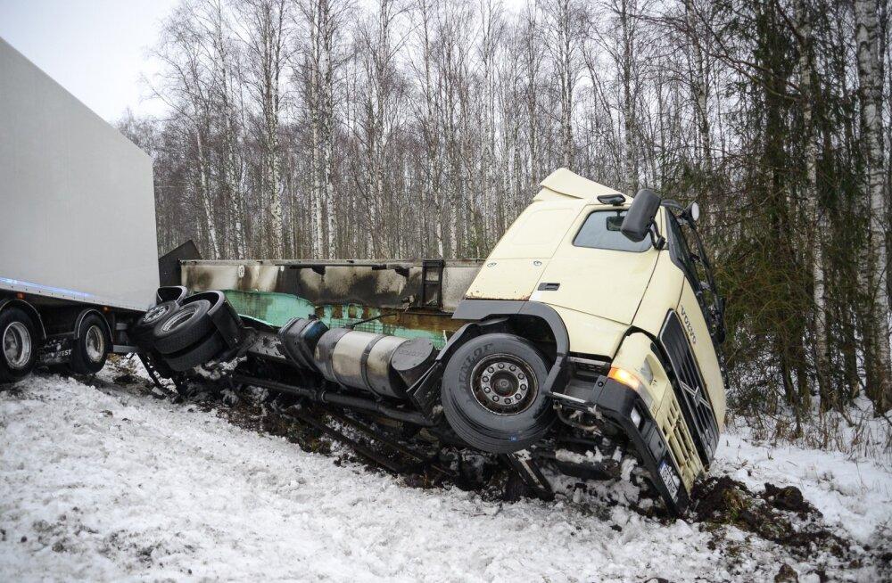 Veoauto sõitis Viljandimaal kraavi
