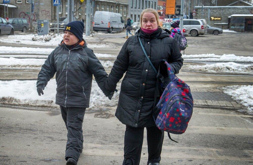 """Босиком по снегу: как водитель автобуса для инвалидов """"потерял"""" мальчика-аутиста"""