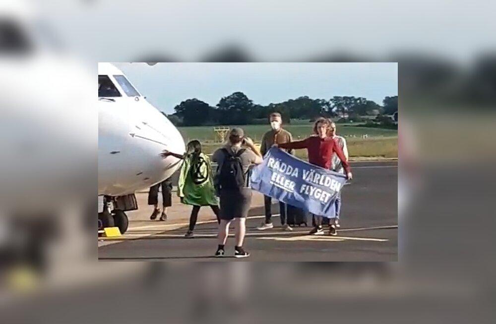 VIDEO | Nordica lennuk sattus Rootsis aktivistide kätte, üks kleepis end lennukikere külge